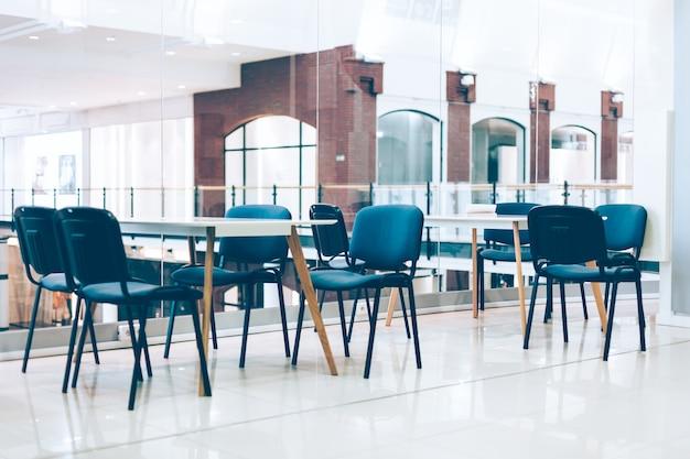 Неформальный коворкинг для творческих фрилансеров со столами и стульями. комфортный современный интерьер для работы в общественном месте города.