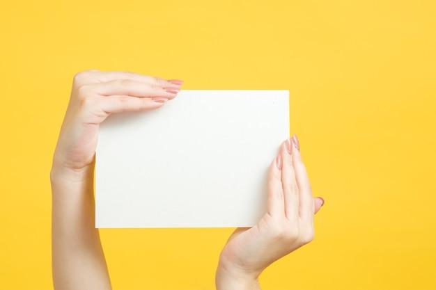 情報の概念。女性の手でホワイトペーパーのモックアップ