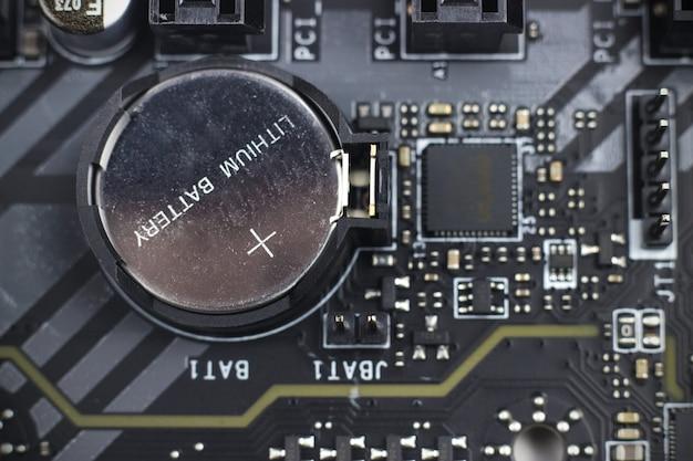 정보 공학 구성 요소입니다. 배터리 컴퓨터 마더보드가 있는 최신 컴퓨터 회로 기판의 일부입니다. 기술 과학 배경입니다.