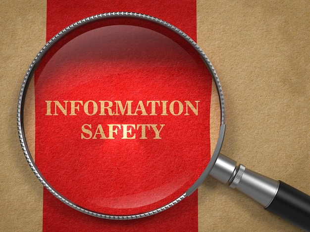 Концепция информационной безопасности. увеличительное стекло на старой бумаге с красным фоном вертикальной линии.