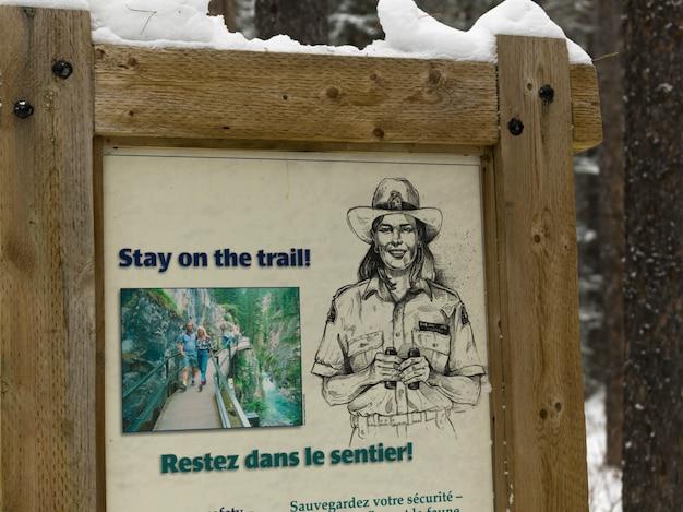 Информационная вывеска, канстон джонстон, национальный парк банф, альберта, канада