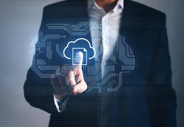 Информационный технолог или бизнесмен, указывающий символ облачных вычислений. концепция облачных вычислений.