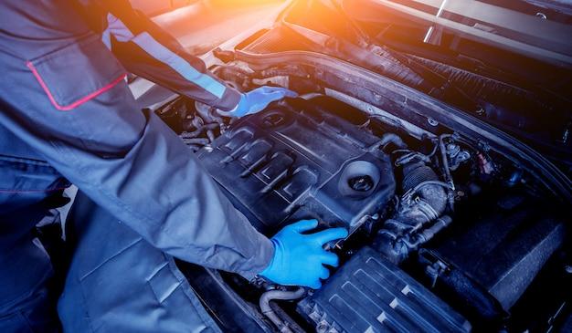 Инфракрасный лазерный термометр в руке. измерение температуры двигателя