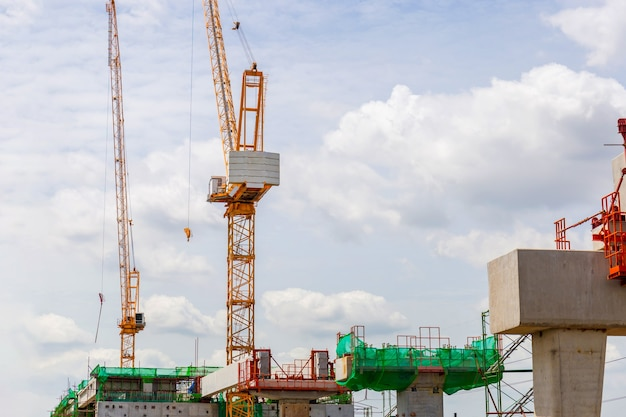 インフラストラクチャー構築の概念、建設用クレーンと重いインフラストラクチャーで進行中の大量輸送列車ラインの建設。