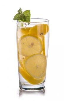 Настаивается свежая фруктовая вода лимона. изолированные над белым