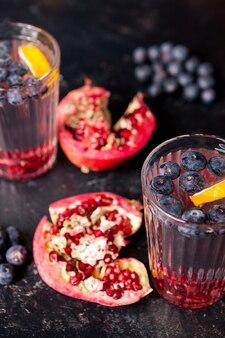 디톡스 워터에 과일 주입. 다양한 과일의 레모네이드