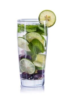 Настаивается водная смесь винограда, лайма и мяты