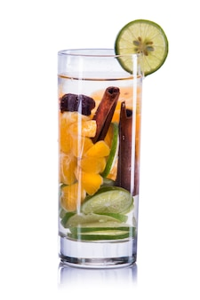 Настаивается водная смесь из лайма, апельсина и корицы