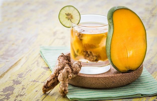 マンゴーと生姜の水を混ぜ合わせたもの