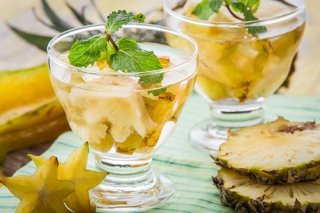 パイナップルとスターフルーツの注ぎ水ミックス