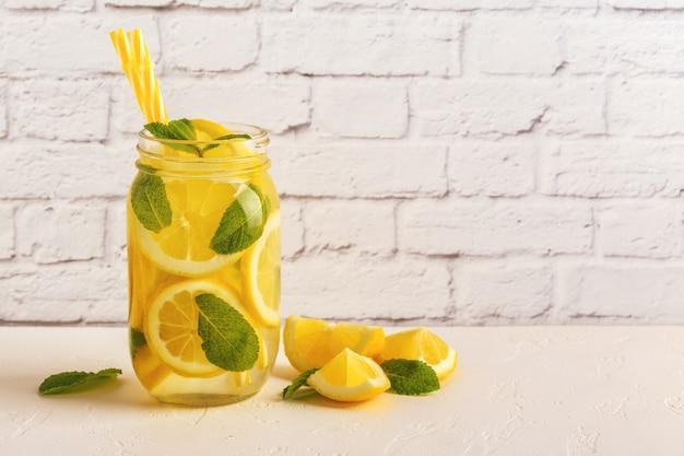 新鮮な果物を注入した水