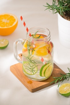라임, 오렌지, 사과, 로즈마리가 들어간 물. 차가운 상쾌한 해독 여름 음료. 선택적 집중