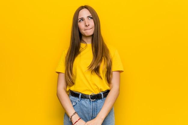 混乱している若い生inger赤毛の女性は、疑わしいと自信がありません。