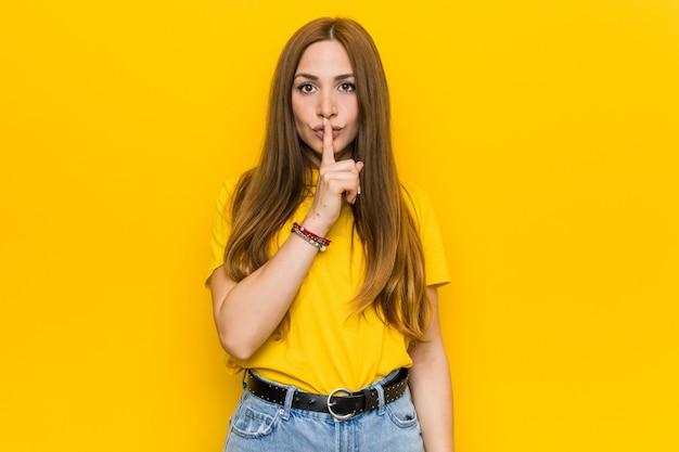 秘密を守るか沈黙を求める若い生inger赤毛の女性。