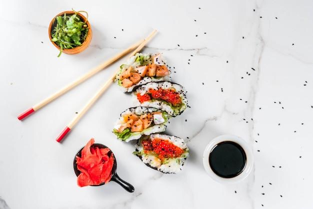 ミニ寿司タコス、サーモンのサンドイッチ、林わかめ、大根、生inger、赤キャビア。