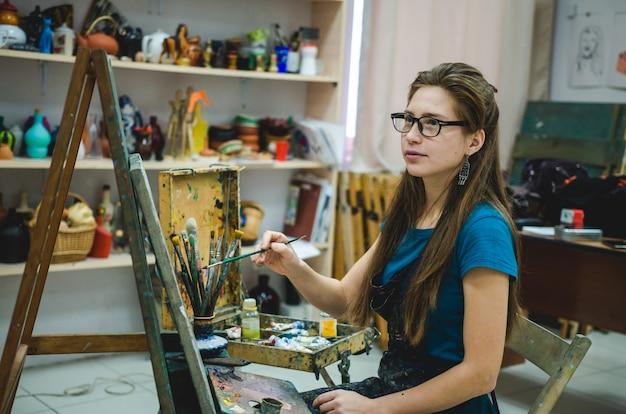 仕事で生ingerの女性画家