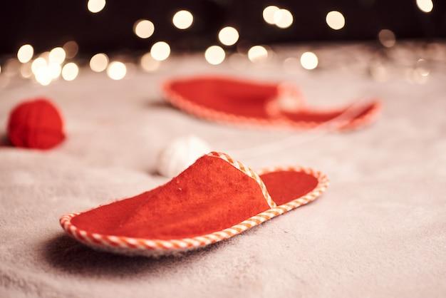 背景にカラフルなライトのかわいい生inger猫とクリスマス画像