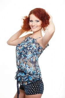 白で隔離の夏のドレスで美しい笑顔赤毛生inger女性の肖像画