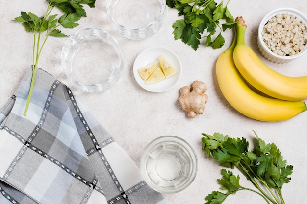 バナナと生ingerとレモンのフラットレイアウト