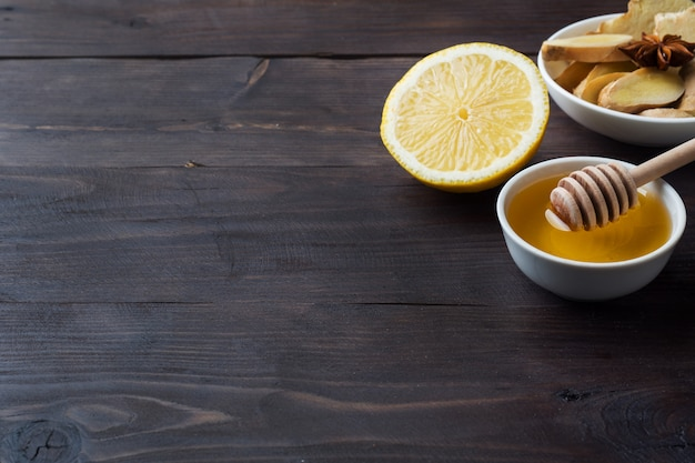 レモンの液体蜂蜜と生inger。