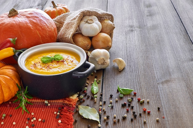 ニンニク、タマネギとスパイシーなカボチャのクリームスープ。唐辛子と生inger