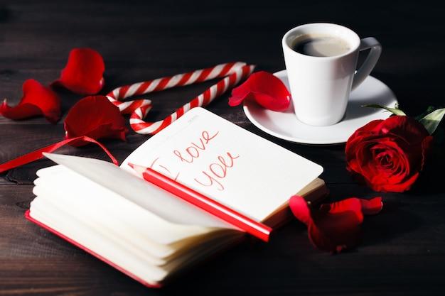 ロマンチックな雰囲気の中でバラが一枚上がった。