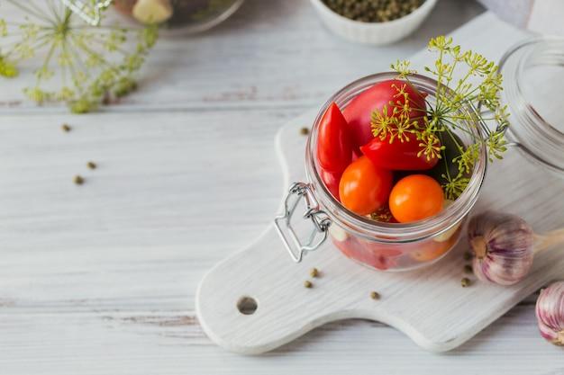 Ингредиент для солений из помидоров с укропом на кухонном столе в деревенском стиле