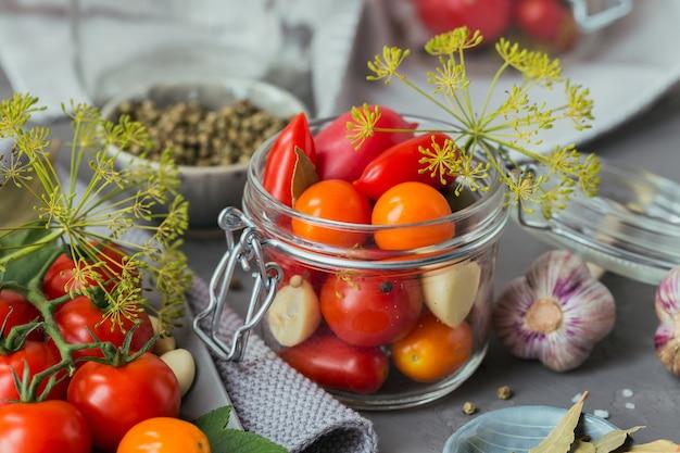 Ингредиент для солений, помидоров с укропом на кухонном столе