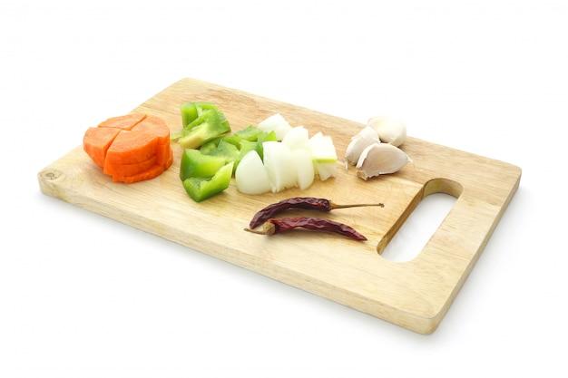 にんじん、ピーマン、ピーマン、トウガラシ、タマネギ、ニンニク、乾燥チリのチョッピングブロックの材料セット
