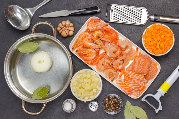 クラムチャウダーのスープを調理するための材料と器具。シーフード