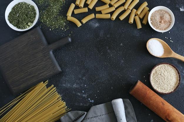 暗いテーブルの材料と調理用品。コピースペース