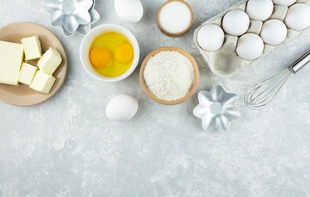 Ингредиенты и посуда для приготовления домашней выпечки. домашняя кухня. скопируйте пространство. плоская планировка.