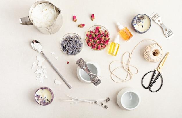 수제 아로마 양초 재료와 도구. 유기농 소이왁스, 에센셜 오일, 심지, 냄비. 공예 취미, 중소기업, 장인 제품 개념