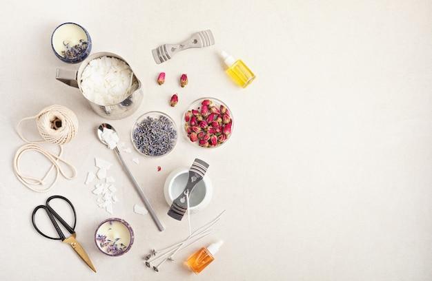 Ингредиенты и инструменты для ароматических свечей ручной работыорганический соевый воск, эфирные масла, фитили, горшочки