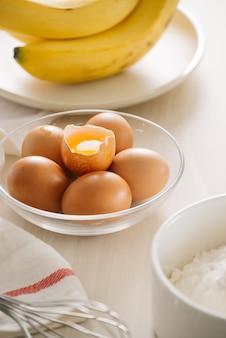 ケーキ、小麦粉、バター、砂糖、卵を作るための材料と道具