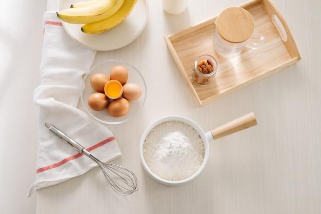 케이크, 밀가루, 버터, 설탕, 계란을 만들기위한 재료와 도구