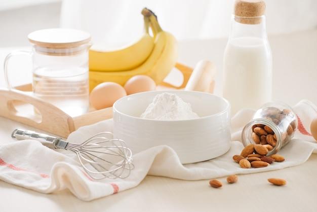 白い表面にバナナケーキを作るための材料と道具