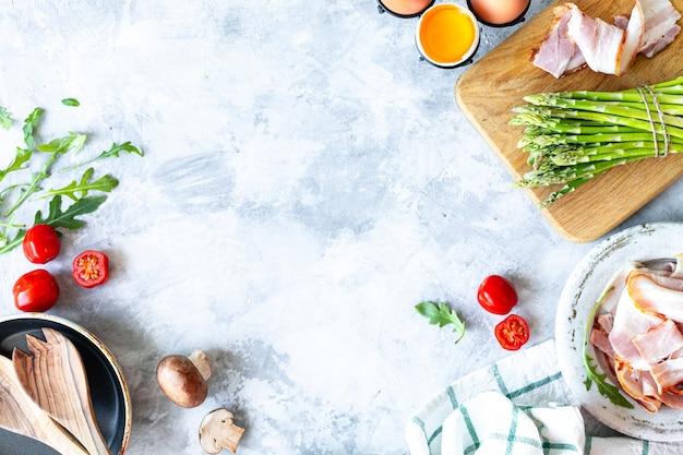 Ingredienti per cucinare su un cemento grigio