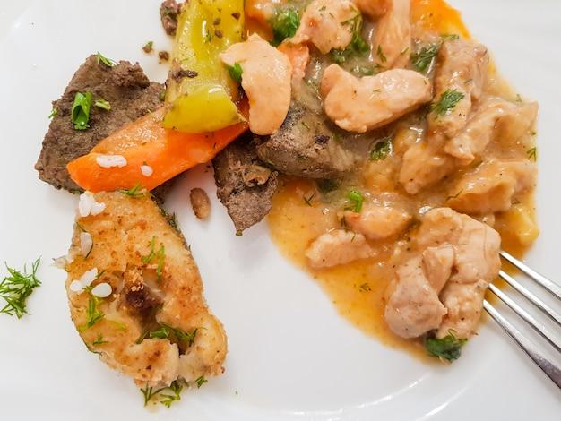 Ингредиенты для белковой диеты на белом блюде. здоровое сбалансированное питание, набор мясных и рыбных блюд в ресторане гостиницы.