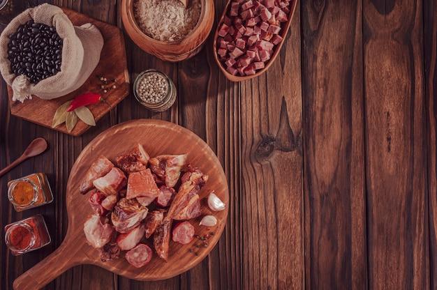 典型的なブラジル料理の材料feijoada