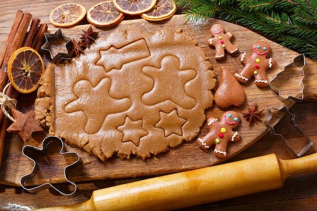 Ингредиенты для выпечки рождественских пряников. тесто для печенья и кухонной утвари, вид сверху