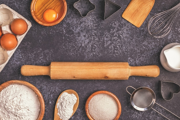 Ингредиенты для выпечки муки деревянной ложкой скалкой для яиц вид сверху копией пространства