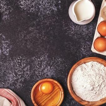 小麦粉、木のスプーン、めん棒、卵を焼くための材料