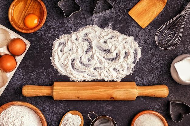 小麦粉、木のスプーン、麺棒で焼くための材料