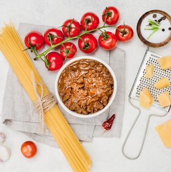 机の上のボロネーゼスパゲッティの材料