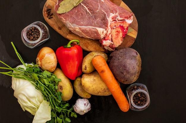 Ингредиенты для борща на кухонном столе