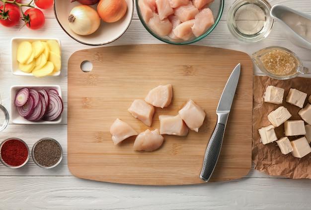 木製のテーブルにバター チキンの材料