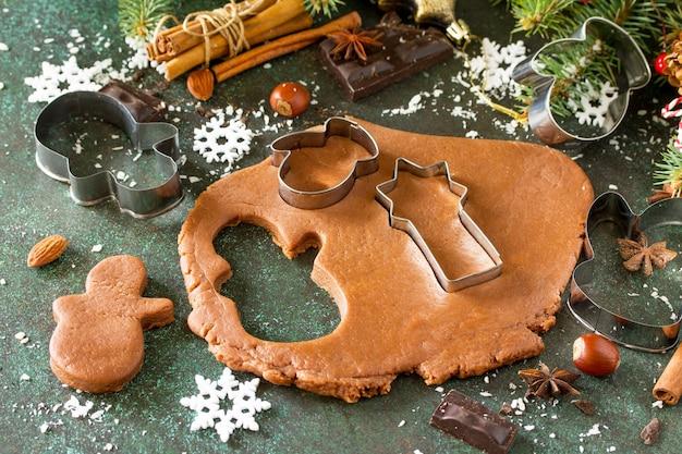 クリスマスの材料ジンジャーブレッドベーキングチョコレートシナモンアニスとナッツ