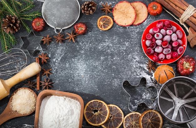 Ингредиенты для приготовления рождественской выпечки замороженная клюква кухонная утварь и сухофрукты