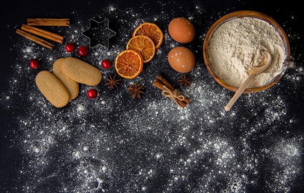 Ингредиенты для приготовления рождественской выпечки на темном камне или металле